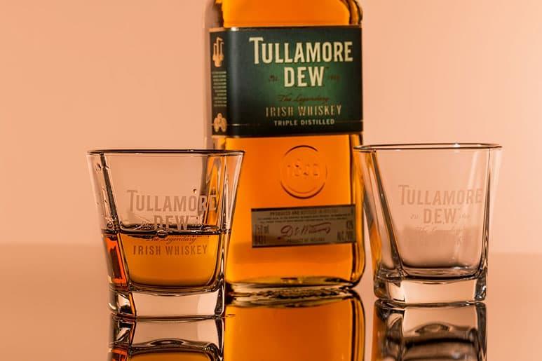 хороший алкоголь - дорогой виски - в подарок мужчине